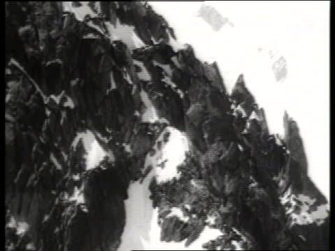 vídeos de stock, filmes e b-roll de b/w cable car point of view up side of mont blanc / europe / sound - ponto de vista de bonde