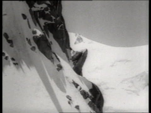 vídeos de stock, filmes e b-roll de b/w cable car point of view up side of snowy mont blanc / europe / sound - ponto de vista de bonde