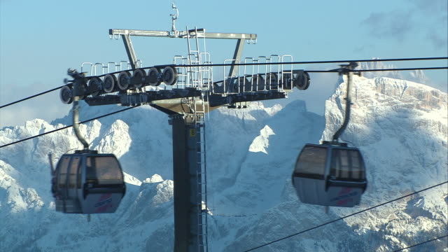 cable car, snowy mountains in the background - stazione sciistica video stock e b–roll