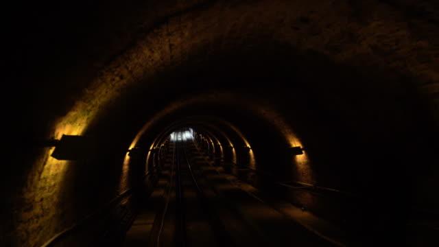 ケーブルカーの路面電車が降りる - ハイデルベルク城点の映像素材/bロール