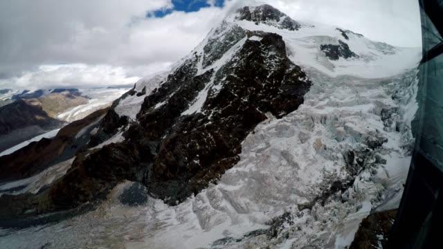 cable car travelling over glacier towards klein matterhorn mountain, swiss alps - inquadratura dalla sciovia video stock e b–roll