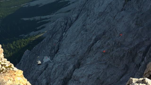 vídeos de stock, filmes e b-roll de cable car - montanha zugspitze