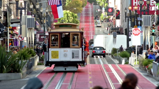 cable cars in der powell street in san francisco - san francisco stock-videos und b-roll-filmmaterial