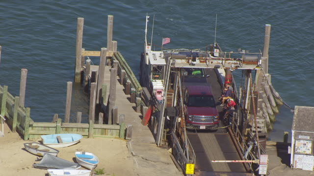 vídeos y material grabado en eventos de stock de ms ha pov cable ferry loaded with cars moving towards ramp at harbour / edgartown, massachusetts, united states  - poste de madera