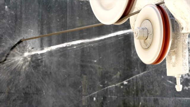 il cavo sta tagliando il marmo nella fabbrica di marmo - marmo roccia video stock e b–roll