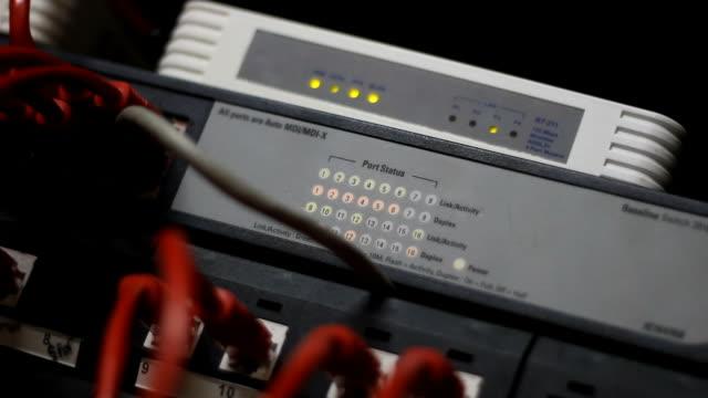 vídeos de stock e filmes b-roll de modem de cabo luzes a piscar - cable