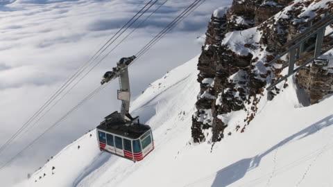 vídeos de stock, filmes e b-roll de sobe de teleférico de fundo de vale, a neve do inverno - teleférico veículo terrestre comercial