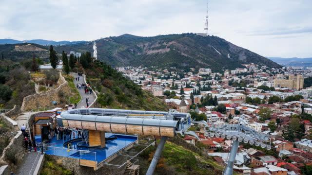 vídeos de stock e filmes b-roll de tl cableway in tbilisi and monument georgia-mother on the background / georgia - figura feminina