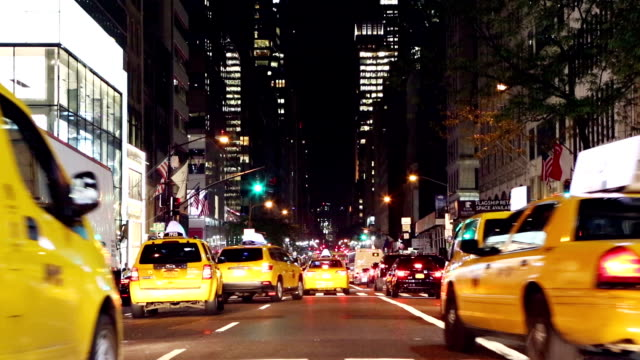 taxi, automobili, autobus sulla 5th avenue, new york, stati uniti - yellow taxi video stock e b–roll