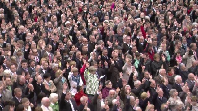 cada ano los habitantes del pequeno canton suizo appenzell votan a mano alzada y al aire libre todo tipo de asuntos voiced el colmo de la democracia... - aire libre stock-videos und b-roll-filmmaterial