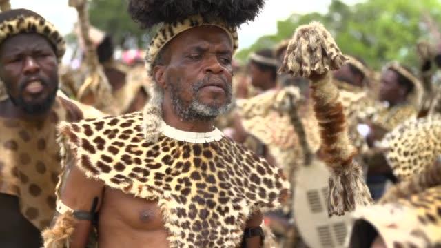Cada ano miles de fieles de la tradicional iglesia Zulu se visten con pieles de leopardo para hacer una especie de baile VOICED Pieles de leopardo...
