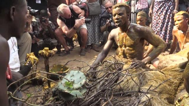 cada enero miles de fieles vudus turistas y descendientes de esclavos peregrinan a la puerta del no retorno en ouidah benin - benin stock videos and b-roll footage