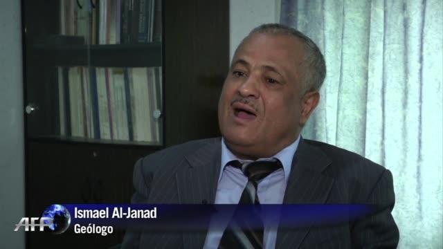 cada hoja de qat mascada por los yemenies grandes aficionados a esta droga estimulante aumenta la sed de uno de los paises mas aridos del mundo donde... - aquifer stock videos & royalty-free footage