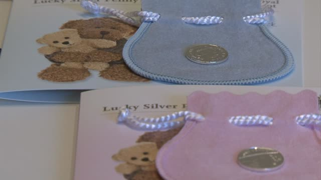 A cada nino y nina que nazca el mismo dia que el bebe real la institucion que acuna monedas en Gran Bretana le regalara un penique de la suerte...
