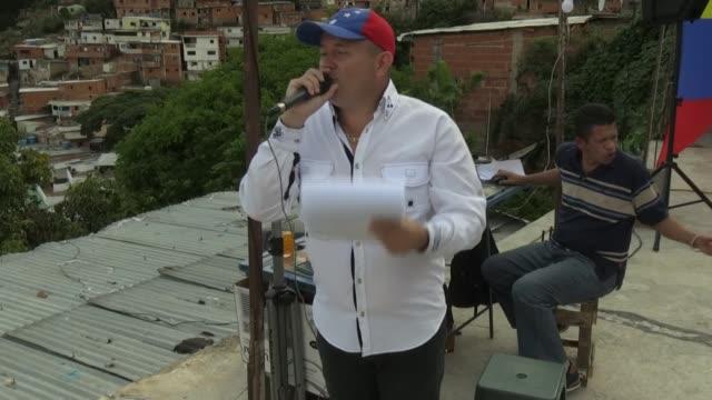cada sábado rompiendo la monotonía del confinamiento por el covid19 rubén sube al techo de su casa en una barriada popular caraqueña toma un... - música stock videos & royalty-free footage