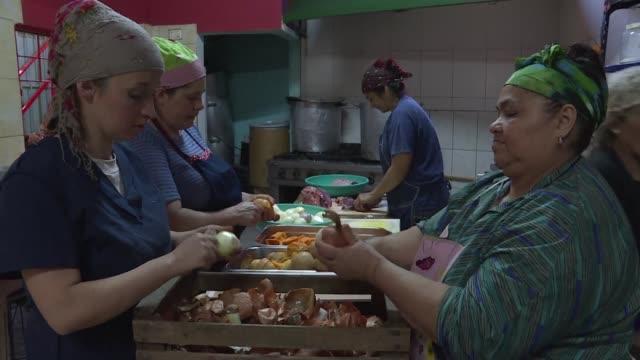 cada vez mas argentinos se ven forzados a acudir a los comedores sociales en buenos aires para recibir una comida gratuita ante la crisis economica... - comida stock videos & royalty-free footage