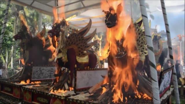 cadaveres fueron incinerados durante una colorida ceremonia hindu en la isla indonesia de bali el lunes, ante una multitud que miraba los sarcofagos... - multitud stock videos & royalty-free footage