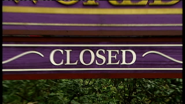 stockvideo's en b-roll-footage met midlands birmingham bournville ext general views bourneville village / sign for cadbury world with 'closed' notice / cadbury's plant seen through... - kraft