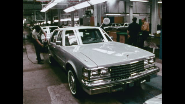 stockvideo's en b-roll-footage met 1976 cadillac seville news film montage - autofabriek