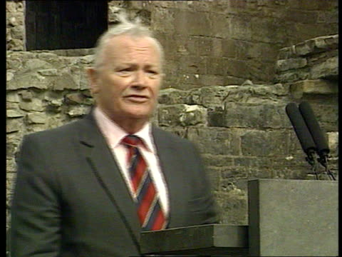 vidéos et rushes de prince of wales welsh tour; castle window as lord snowdon, sir harry secombe and sir anthony hopkins seen inside zoom in cms sir harry secombe speech... - harry secombe