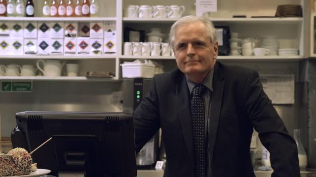 vídeos de stock, filmes e b-roll de cafe proprietário homem sênior - cabelo branco