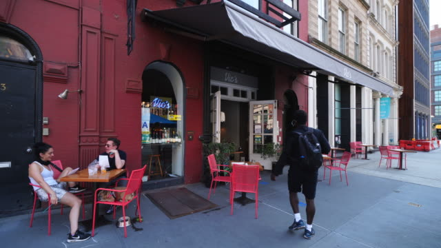 vídeos y material grabado en eventos de stock de cafe & restaurant sets tables on the sidewalk, which keep social distancing each tables in noho at new york city on june 23 2020 at ny usa. - usa
