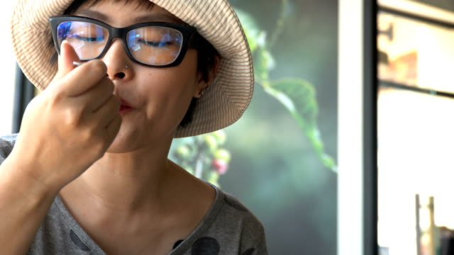 vídeos de stock, filmes e b-roll de cafe  - garfo