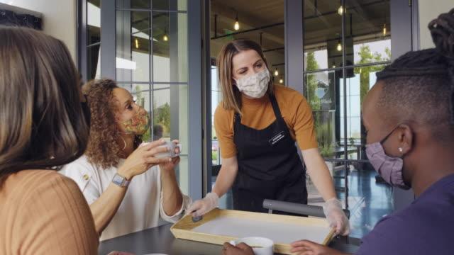 vídeos de stock e filmes b-roll de cafe worker with face mask - empregado de mesa