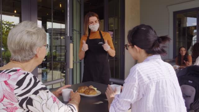 vídeos de stock e filmes b-roll de cafe worker with face mask - empregada de mesa