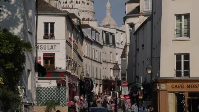 vídeos y material grabado en eventos de stock de cafes and sacre coeur, montmartre, paris, france, europe - cultura francesa