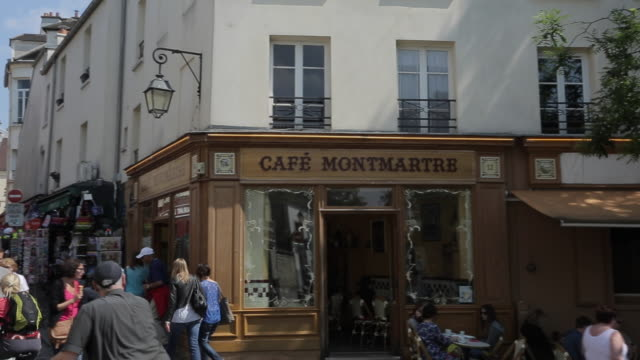 cafes and sacre coeur, montmartre, paris, france, europe - zona pedonale strada transitabile video stock e b–roll