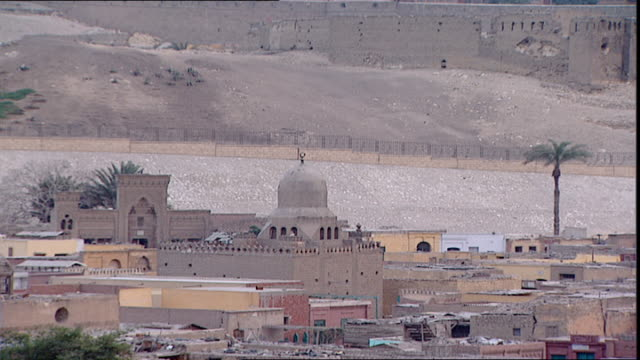 vidéos et rushes de cairo citadel. mcu view of a mosque and housing at the base of the fortification walls of the saladin citadel of cairo. - forteresse