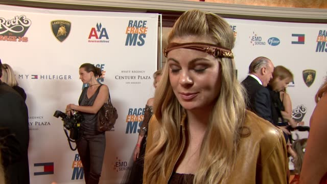vídeos de stock e filmes b-roll de caitlin crosby on being a part of the night at the 16th annual race to erase themed 'rock to erase at los angeles ca. - race to erase ms