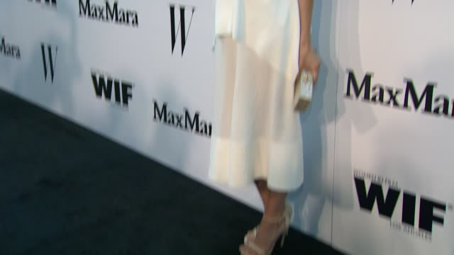 vídeos de stock e filmes b-roll de caitlin fitzgerald at the max mara and w magazine cocktail party to honor the women in film max mara face of the future award recipient, rose byrne... - rose byrne