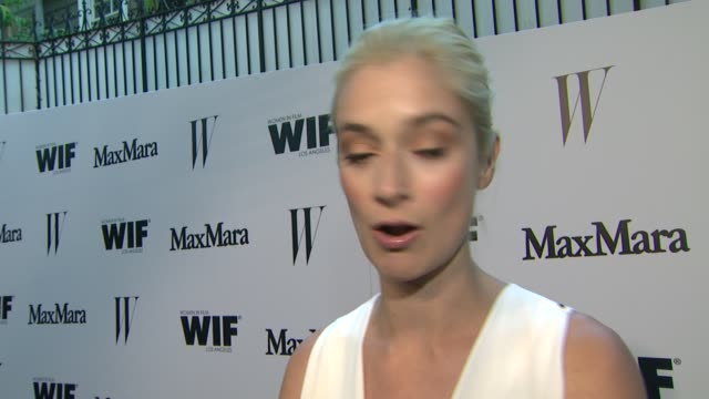 vídeos de stock e filmes b-roll de caitlin fitzgerald on supporting women in film, max mara & the upcoming season of masters of sex at the max mara and w magazine cocktail party to... - rose byrne