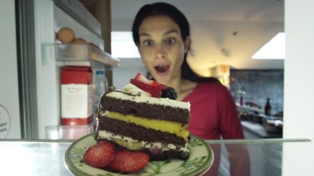 vidéos et rushes de gâteau au réfrigérateur - avidité