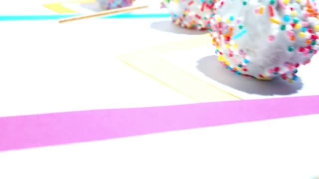 vidéos et rushes de cake pops dans des cadres de couleur - décoration de fête