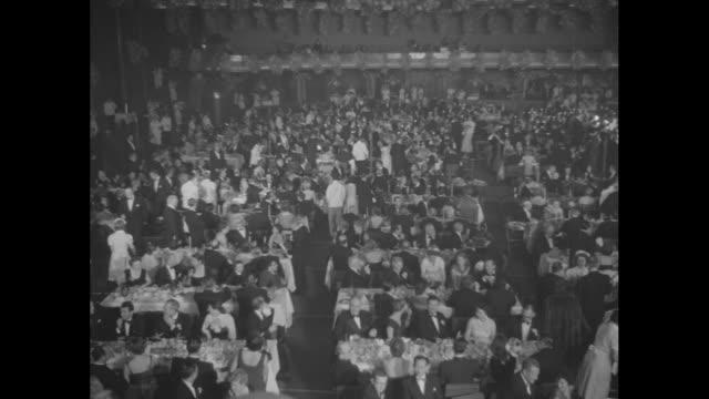 vídeos y material grabado en eventos de stock de cu cake with number 80 on top / ext hollywood palladium with marquee hollywood salutes adolph zukor / eightieth birthday dinner pan of interior of... - william boyd