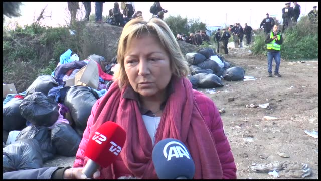 vídeos de stock e filmes b-roll de calais mayor natacha bouchart speaks to the press at the 'jungle' camp as authorities begin to demolish the site on october 25 2016 in calais france... - crise de migrantes europeia 2015 2016