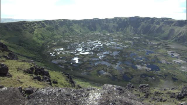 vídeos y material grabado en eventos de stock de ws ha pan caldera of rano kau extinct volcano / easter island, chile - volcán extinguido