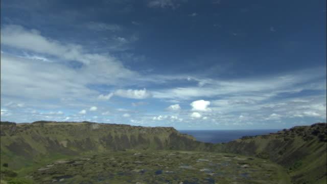 vídeos y material grabado en eventos de stock de ws td ha caldera of rano kau extinct volcano / easter island, chile - volcán extinguido