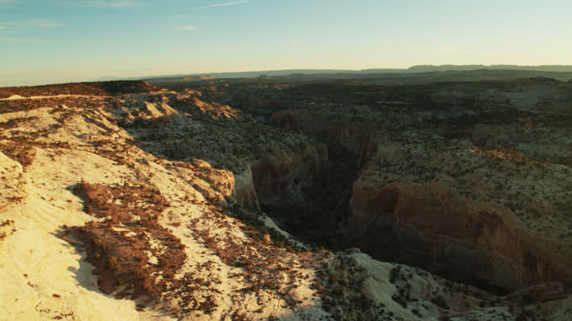 calf creek canyon, grand staircase-escalante national monument bei sunrise - grand staircase escalante national monument stock-videos und b-roll-filmmaterial