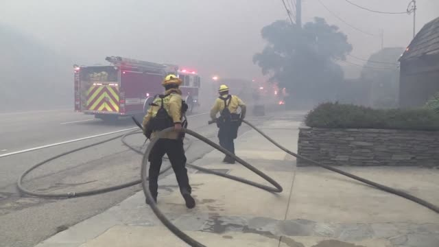 california firefighters are struggling to contain the woolsey fire that has ravaged thousands of hectares on the california coast between thousand... - raw footage stock videos & royalty-free footage