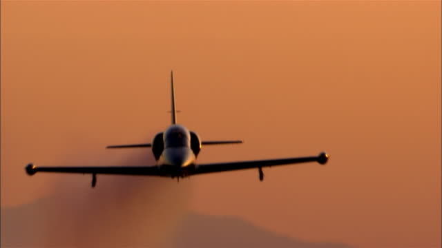cu, la, usa, california, mojave desert, aero l-39 albatross flying against sky - united states airforce stock-videos und b-roll-filmmaterial