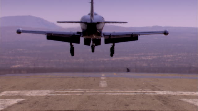 vidéos et rushes de ms, usa, california, mojave desert, aero l-39 albatross landing on tarmac, rear view - armée de l'air