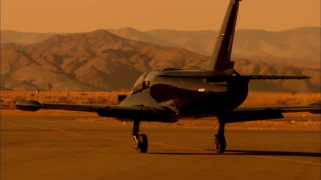 ms, ts, usa, california, mojave desert, aero l-39 albatross taxing on runway in desert - united states airforce stock-videos und b-roll-filmmaterial