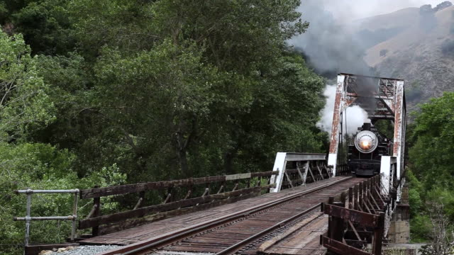stockvideo's en b-roll-footage met ms td california passenger steam train near livermore   passing from over tressel bridge / livermore, california, united states - locomotief