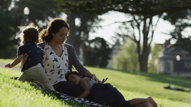 stockvideo's en b-roll-footage met usa, california, san francisco, alamo square park, mother with two children (2-3, 4-5) in park - blootvoets