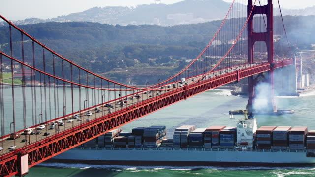 vídeos y material grabado en eventos de stock de t/l, ha, ms, usa, california, san francisco, container ship passing under golden gate bridge - bahía de san francisco