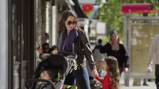 usa, california, san francisco, mother with two children (2-3, 4-5) walking - sportkinderwagen stock-videos und b-roll-filmmaterial